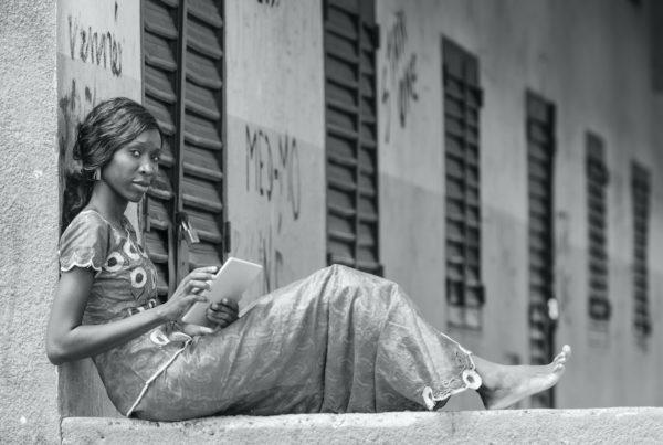 femme africaine sur une tablette